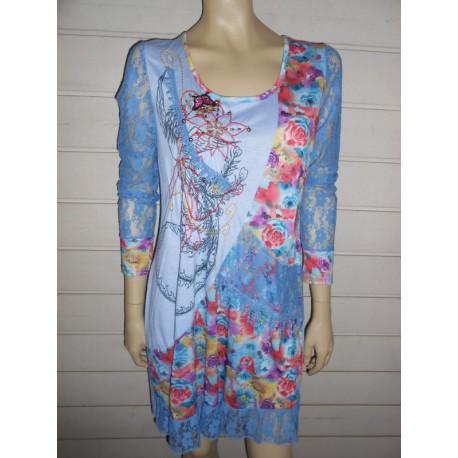 Robe bleue avec dentelle et imprimé de fleurs