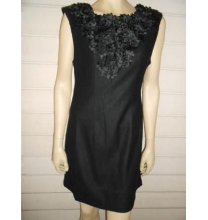 Robe noire avec application de fleur brodée